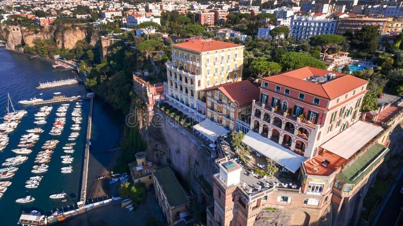 Εναέρια άποψη της πόλης Σορέντο, Ιταλία, οδός της παλαιάς πόλης βουνών, έννοια τουρισμού, θάλασσα, Napoli, διακοπές της Ευρώπης στοκ εικόνες