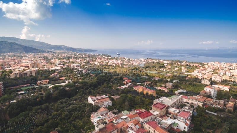 Εναέρια άποψη της πόλης Σορέντο, Ιταλία, οδός της παλαιάς πόλης βουνών, έννοια τουρισμού, θάλασσα, Napoli, διακοπές της Ευρώπης στοκ φωτογραφίες με δικαίωμα ελεύθερης χρήσης