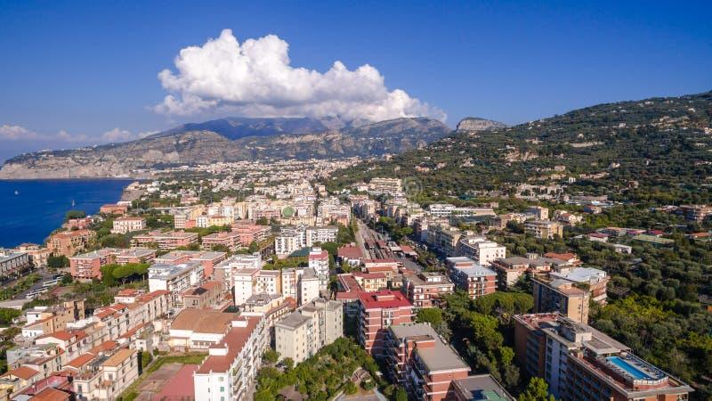 Εναέρια άποψη της πόλης Σορέντο, Meta, ακτή πιάνων, Ιταλία, οδός της παλαιάς πόλης βουνών, έννοια τουρισμού, διακοπές στην Ευρώπη στοκ εικόνες