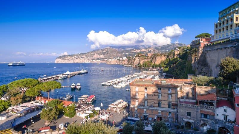 Εναέρια άποψη της πόλης Σορέντο, Napili, Ιταλία, οδός της παλαιάς πόλης βουνών, κόλπος με την έννοια τουρισμού βαρκών, διακοπές σ στοκ φωτογραφία με δικαίωμα ελεύθερης χρήσης