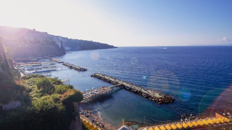 Εναέρια άποψη της πόλης Σορέντο, Napili, Ιταλία, οδός της παλαιάς πόλης βουνών, κόλπος με την έννοια τουρισμού βαρκών, διακοπές σ στοκ φωτογραφίες