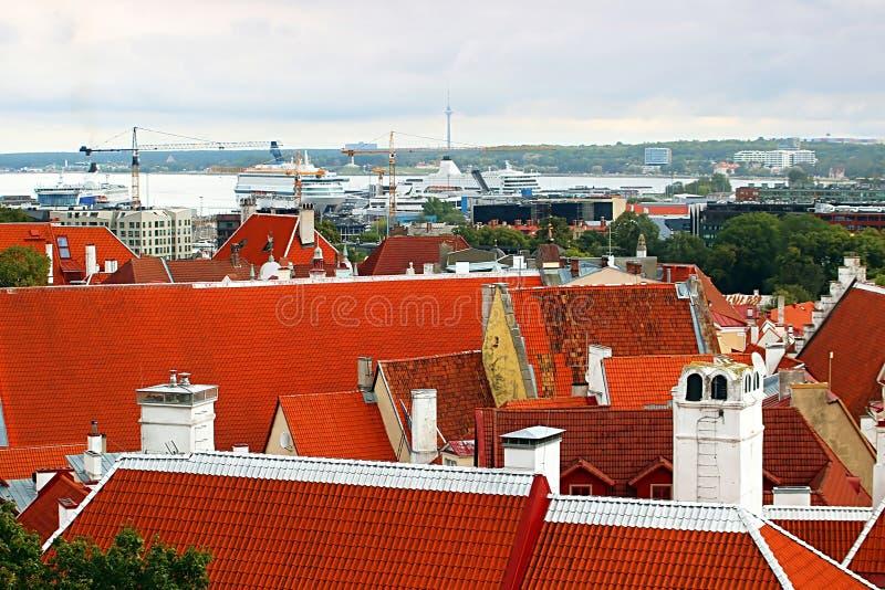 Εναέρια άποψη της πόλης Ταλίν με τις φωτεινές στέγες και λιμένας του Ταλίν, Εσθονία στοκ φωτογραφία
