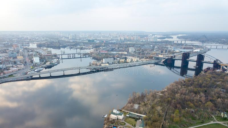 Εναέρια άποψη της πόλης του Κίεβου Kyiv, Ουκρανία Ποταμός Dnieper με τις γέφυρες Περιοχή Obolon στο υπόβαθρο στοκ φωτογραφίες με δικαίωμα ελεύθερης χρήσης