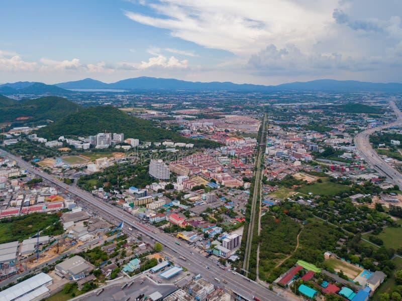 Εναέρια άποψη της πόλης Pattaya, Chonburi, Ταϊλάνδη Πόλη τουρισμού στην Ασία Ξενοδοχεία και κατοικημένα κτήρια με το μπλε ουρανό  στοκ φωτογραφία