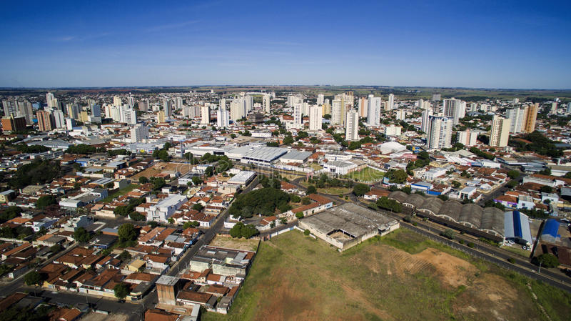 Εναέρια άποψη της πόλης Aracatuba στο κράτος του Σάο Πάολο σε Brazi στοκ εικόνα