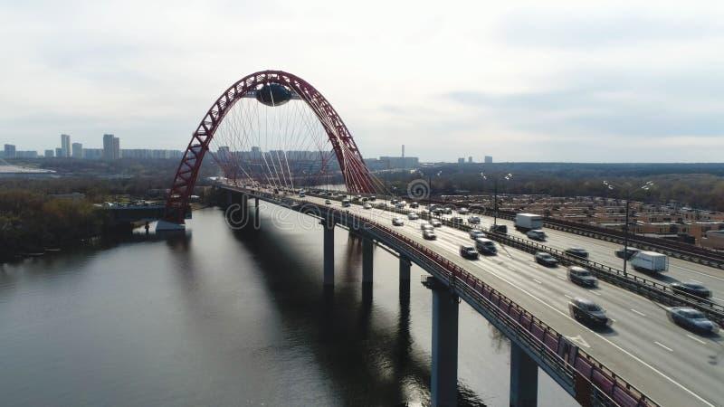 Εναέρια άποψη της σύγχρονης καλώδιο-μένοντης γέφυρας μέσω του Μόσχα-ποταμού με την κίνηση των αυτοκινήτων ενάντια στο νεφελώδη ου στοκ φωτογραφίες με δικαίωμα ελεύθερης χρήσης