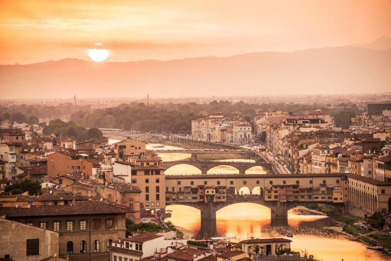 Εναέρια άποψη της Φλωρεντίας στο ηλιοβασίλεμα με το Ponte Vecchio και τον ποταμό Arno, Τοσκάνη Ιταλία στοκ εικόνες