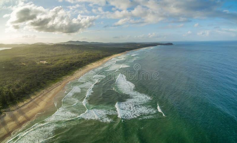 Εναέρια άποψη της φυσικής ωκεάνιας ακτής κοντά στο Σίδνεϊ, Αυστραλία στοκ εικόνα