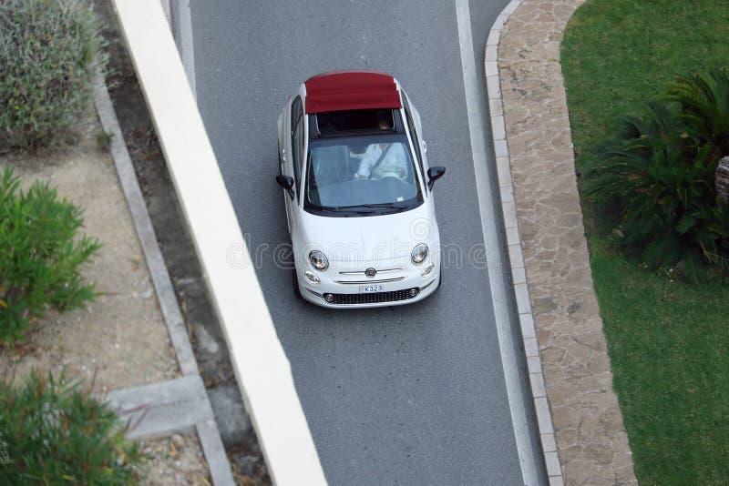 Εναέρια άποψη της όμορφης άσπρης Φίατ 500 Drive Cabrio στη Mona στοκ φωτογραφία με δικαίωμα ελεύθερης χρήσης