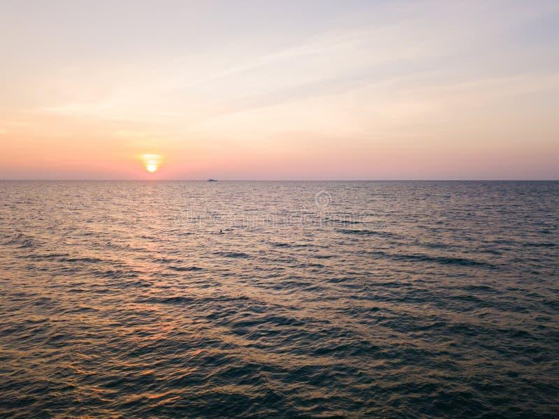 Εναέρια άποψη της όμορφων παραλίας και της θάλασσας στο νησί στο χρόνο ηλιοβασιλέματος στοκ φωτογραφίες