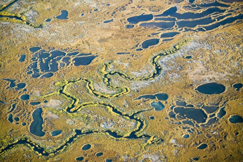 Εναέρια άποψη του έλους, αφαίρεση υγρότοπου του άλατος και του νερού της θάλασσας, και άδυτο άγριας φύσης της Rachel Carson στα φ στοκ εικόνες