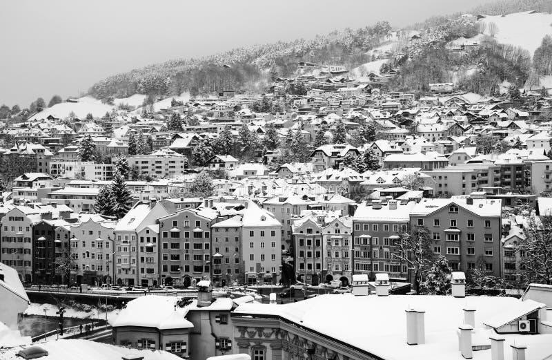 Εναέρια άποψη του Ίνσμπρουκ, Αυστρία κατά τη διάρκεια του χειμερινού πρωινού, με το χιόνι μαύρο λευκό στοκ φωτογραφία με δικαίωμα ελεύθερης χρήσης