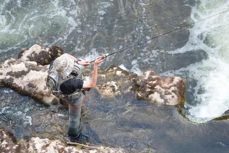 Εναέρια άποψη του αθλητισμού Φίσερ που αλιεύει στον ποταμό στοκ εικόνες