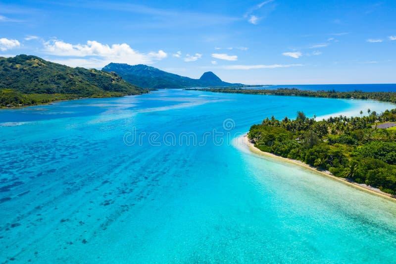 Εναέρια άποψη του γαλλικού νησιού Huahine της Πολυνησίας Ταϊτή και της λιμνοθάλασσας κοραλλιογενών υφάλων Motu στοκ φωτογραφία με δικαίωμα ελεύθερης χρήσης