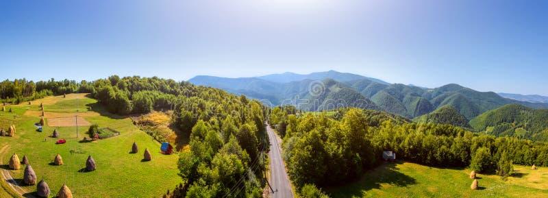 Εναέρια άποψη του δρόμου στο βουνό στοκ φωτογραφία