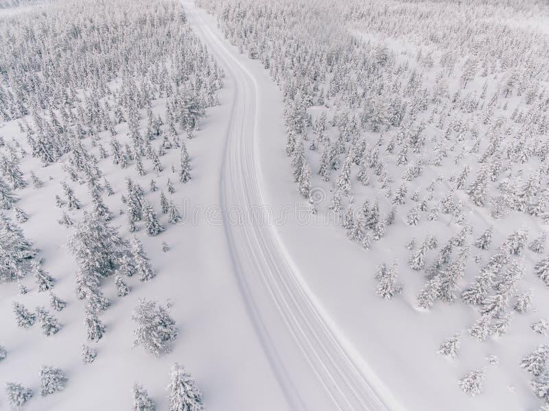 Εναέρια άποψη του δρόμου στο δάσος χειμερινού χιονιού στη Φινλανδία στοκ εικόνα με δικαίωμα ελεύθερης χρήσης