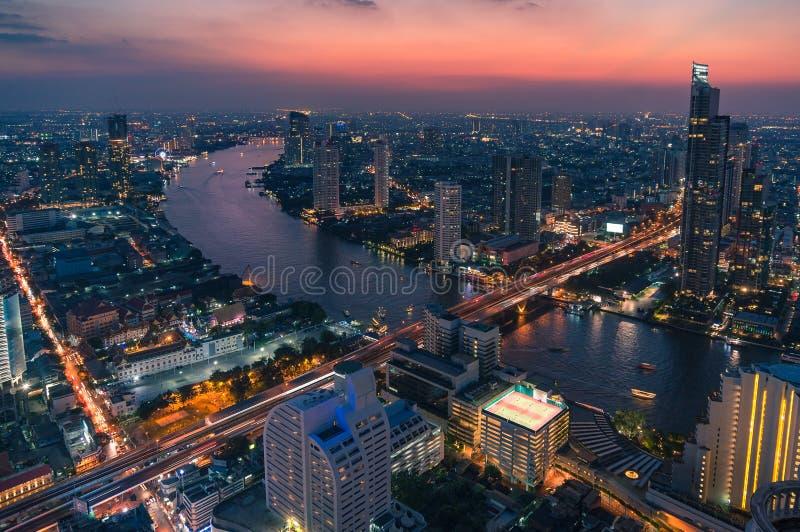 Εναέρια άποψη του επικού ουρανού ηλιοβασιλέματος επάνω από τη εικονική παράσταση πόλης της Μπανγκόκ και τον ποταμό Chao Phraya στοκ εικόνες με δικαίωμα ελεύθερης χρήσης