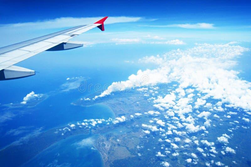 Εναέρια άποψη του εδάφους και του ωκεανού από το αεροπλάνο στοκ εικόνα