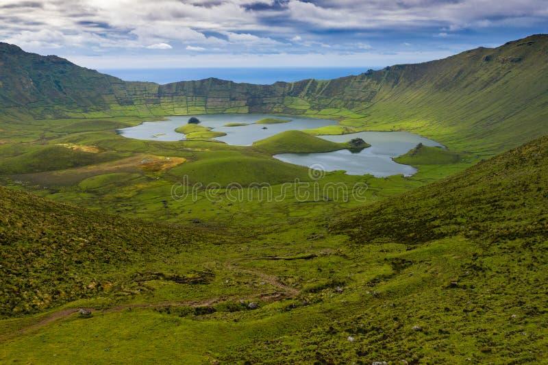 Εναέρια άποψη του ηφαιστειακού κρατήρα Caldeirao με μια όμορφη λίμνη στην κορυφή του νησιού Corvo Νησιά των Αζορών, Πορτογαλία στοκ φωτογραφία