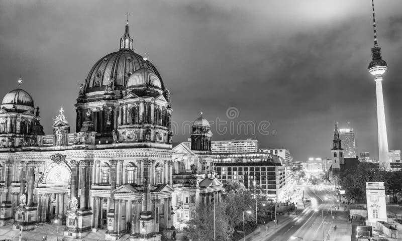 Εναέρια άποψη του καθεδρικού ναού του Βερολίνου και του πύργου TV τη νύχτα στοκ φωτογραφία με δικαίωμα ελεύθερης χρήσης