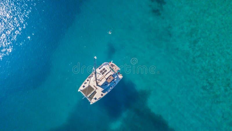 Εναέρια άποψη του καταμαράν που δένει στην κοραλλιογενή ύφαλο στοκ φωτογραφίες