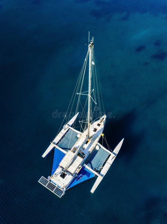 Εναέρια άποψη του καταμαράν που δένει στην κοραλλιογενή ύφαλο στοκ εικόνες με δικαίωμα ελεύθερης χρήσης