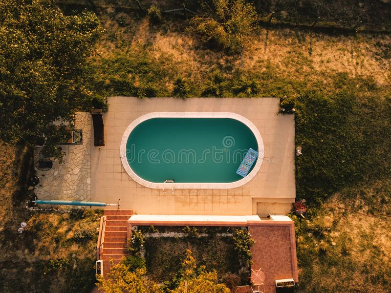 Εναέρια άποψη του κατωφλιού σπιτιών με την πισίνα στοκ φωτογραφία
