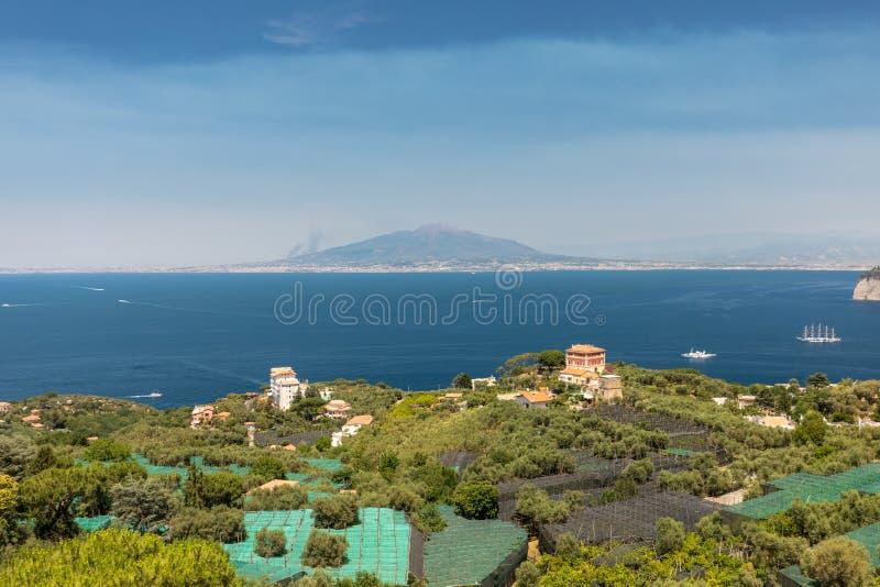 Εναέρια άποψη του Κόλπου της Νάπολης και του Βεζουβίου Σορέντο στοκ φωτογραφία με δικαίωμα ελεύθερης χρήσης