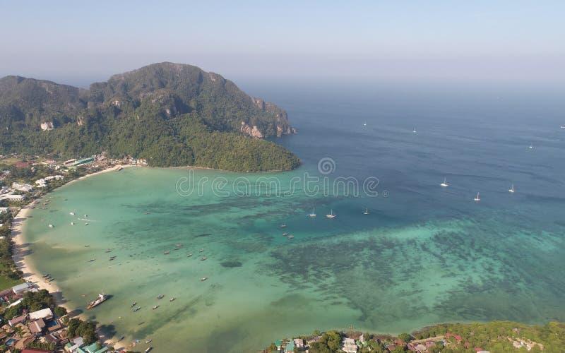 Εναέρια άποψη του κύριου τόνου Sai αποβαθρών Phi Phi στο νησί κατά τη διάρκεια της ηλιόλουστης θερινής ημέρας στοκ φωτογραφία