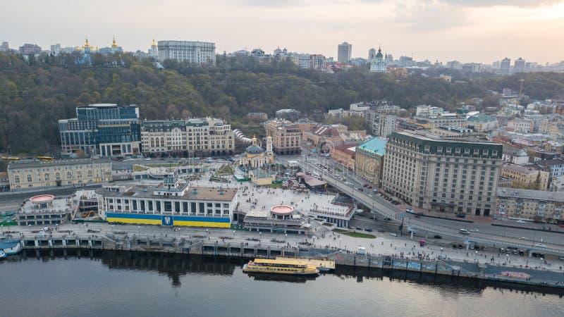 Εναέρια άποψη του λιμένα ποταμών, Podil και ταχυδρομικό τετράγωνο στο Κίεβο, η πρωτεύουσα της Ουκρανίας στοκ φωτογραφίες με δικαίωμα ελεύθερης χρήσης