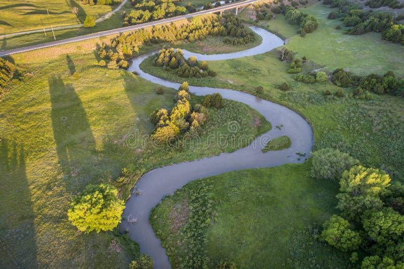 Εναέρια άποψη του μελαγχολικού ποταμού στη Νεμπράσκα στοκ φωτογραφία