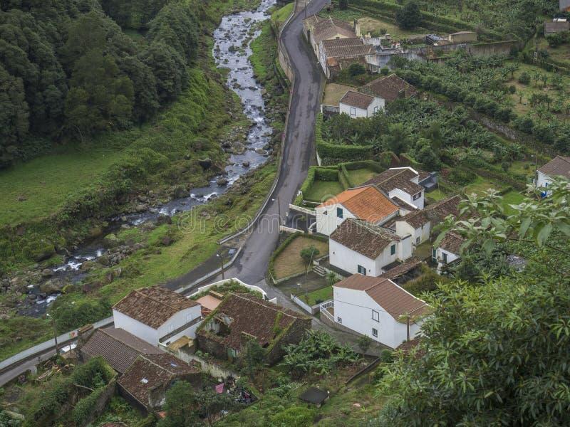 Εναέρια άποψη του μικρού χωριού Faial DA Terra με τον πέφτοντας απότομα ποταμό, Σάο Miguel, Αζόρες στοκ φωτογραφίες
