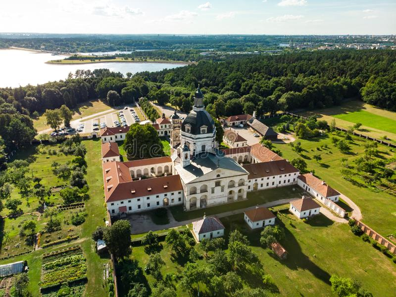 Εναέρια άποψη του μοναστηριού Pazaislis και της εκκλησίας, το μεγαλύτερο μοναστήρι σύνθετο στη Λιθουανία, που βρίσκεται σε μια χε στοκ φωτογραφία
