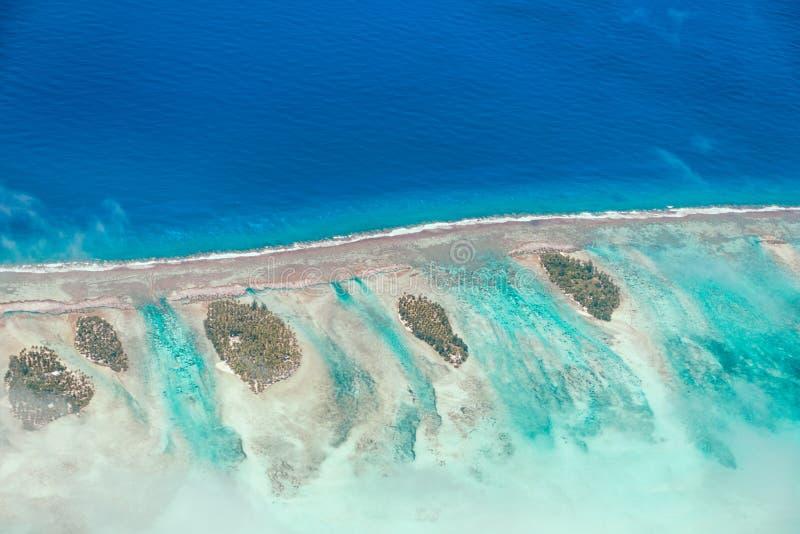Εναέρια άποψη του νησιού με τα σύννεφα, το σκόπελο και τη λιμνοθάλασσα Νησί ν στοκ φωτογραφία