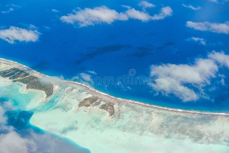 Εναέρια άποψη του νησιού με τα σύννεφα, το σκόπελο και τη λιμνοθάλασσα Νησί ν στοκ φωτογραφίες με δικαίωμα ελεύθερης χρήσης