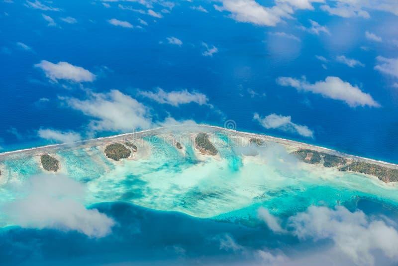 Εναέρια άποψη του νησιού με τα σύννεφα, το σκόπελο και τη λιμνοθάλασσα Νησί ν στοκ εικόνα με δικαίωμα ελεύθερης χρήσης