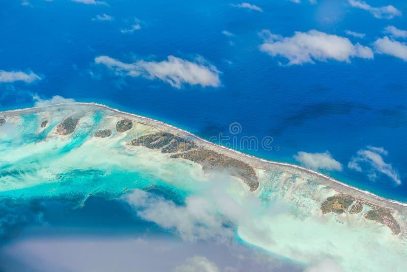 Εναέρια άποψη του νησιού με τα σύννεφα, το σκόπελο και τη λιμνοθάλασσα Νησί ν στοκ εικόνες με δικαίωμα ελεύθερης χρήσης