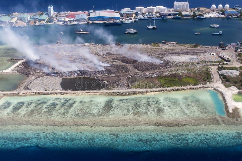Εναέρια άποψη του νησιού Thilafushi, βιομηχανική περιοχή, βόρεια αρσενική ατόλλη, Μαλδίβες στοκ εικόνα
