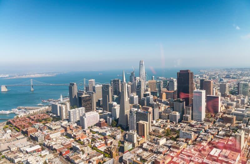 Εναέρια άποψη του ορίζοντα του Σαν Φρανσίσκο σε ένα όμορφο ηλιόλουστο καλοκαίρι στοκ εικόνα με δικαίωμα ελεύθερης χρήσης