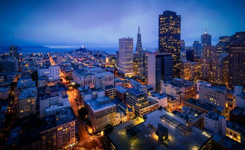 Εναέρια άποψη του ορίζοντα του Σαν Φρανσίσκο τη νύχτα στοκ φωτογραφία