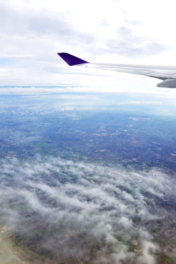 Εναέρια άποψη του ουρανού και της γης από το αεροπλάνο στοκ εικόνες με δικαίωμα ελεύθερης χρήσης