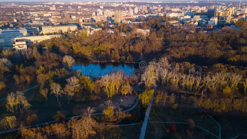 Εναέρια άποψη του πάρκου πόλεων φθινοπώρου κοντά στη λίμνη στοκ φωτογραφίες με δικαίωμα ελεύθερης χρήσης