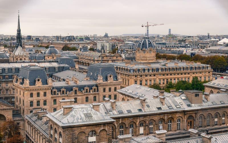 Εναέρια άποψη του Παρισιού με το χαρακτηριστικό κτήριό του στοκ φωτογραφία