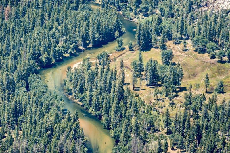 Εναέρια άποψη του ποταμού Merced που διατρέχει των αειθαλών δασών στην κοιλάδα Yosemite, εθνικό πάρκο Yosemite, οροσειρά βουνά τη στοκ εικόνες