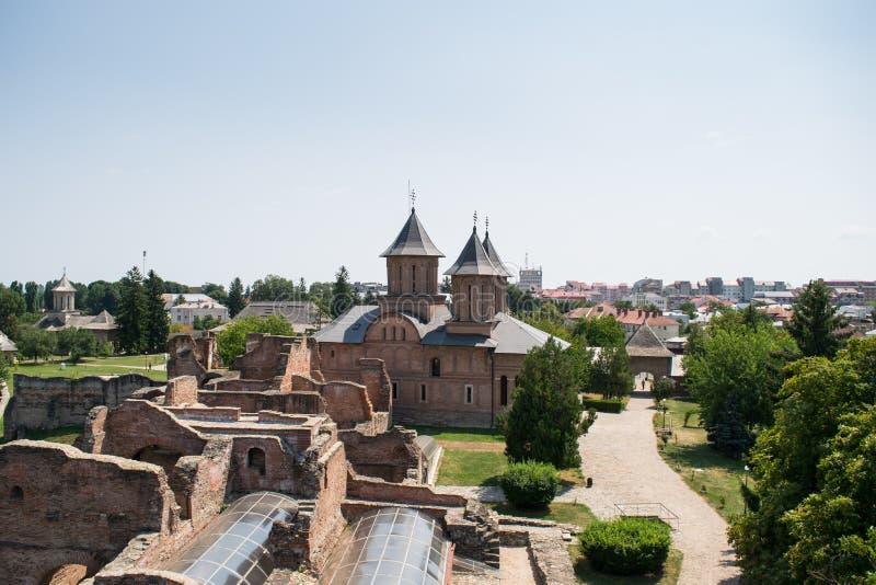 Εναέρια άποψη του πριγκηπικού δικαστηρίου που παρουσιάζει εκκλησία Παρασκευής του ST σε Targoviste, Dambovita, Ρουμανία στοκ εικόνες με δικαίωμα ελεύθερης χρήσης