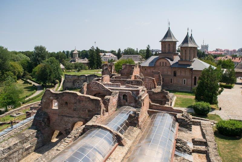 Εναέρια άποψη του πριγκηπικού δικαστηρίου που παρουσιάζει εκκλησία Παρασκευής του ST σε Targoviste, Dambovita, Ρουμανία στοκ φωτογραφία με δικαίωμα ελεύθερης χρήσης