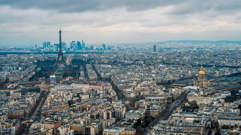 Εναέρια άποψη του πύργου του Άιφελ και της πόλης του Παρισιού Ανυψωμένη άποψη της εικονικής παράστασης πόλης στοκ εικόνες