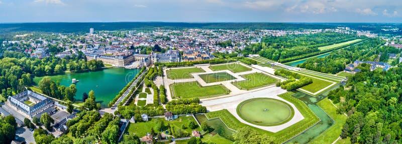 Εναέρια άποψη του πύργου de Φοντενμπλώ με τους κήπους του, μια περιοχή παγκόσμιων κληρονομιών της ΟΥΝΕΣΚΟ στη Γαλλία στοκ φωτογραφίες