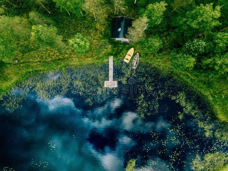 Εναέρια άποψη του σπιτιού σαουνών από την ακτή λιμνών Ξύλινη αποβάθρα με τα αλιευτικά σκάφη στοκ φωτογραφία με δικαίωμα ελεύθερης χρήσης