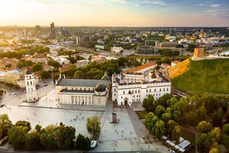Εναέρια άποψη του τετραγωνικού, κύριου τετραγώνου καθεδρικών ναών της παλαιάς κωμόπολης Vilnius, μια βασική θέση στη δημόσια ζωή  στοκ φωτογραφία με δικαίωμα ελεύθερης χρήσης